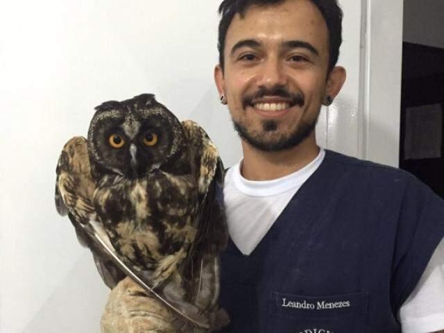 Veterinário com uma de suas pacientes, a coruja olhuda (Foto: Arquivo Pessoal)