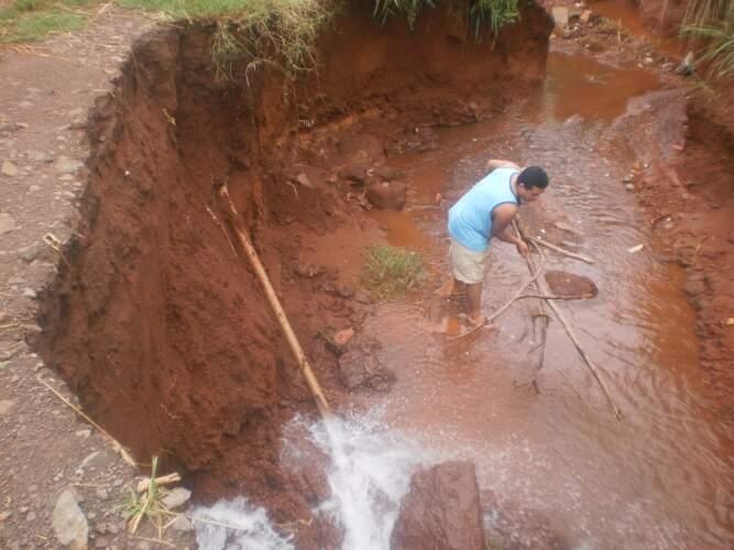Cano vazava água potável na cratera criada pela chuva. Problema foi resolvido (Foto: Luiz Gonzales)