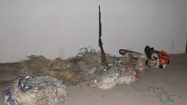 Junto com o pescador foram encontradas 4 tarrafas, 2 redes de pesca, 1 espingarda calibre 22 com 6 munições e uma motosserra. (Foto: Divulgação PMA)