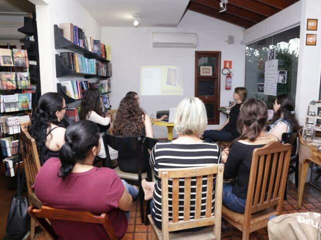 As leitoras se reuniram para falar sobre as autoras de romances  (Foto: Kisie Ainoã)