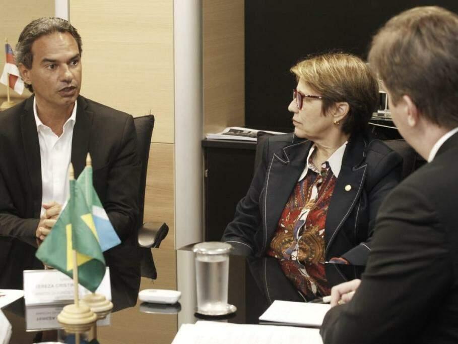 Prefeito Marquinhos Trad, à esquerda, com a ministra Tereza Cristina e o ministro do Desenvolvimento, Gustavo Canuto. (Foto: Divulgação/PMCG).