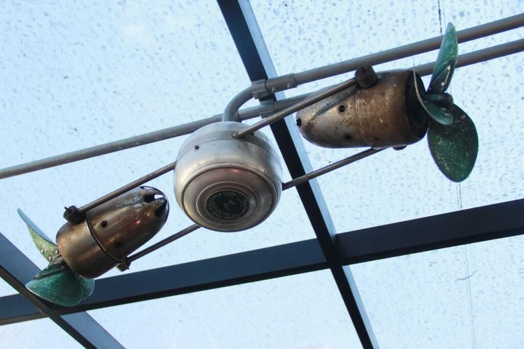 Na decoração da loja, ventilador da década de 50 ainda funciona.