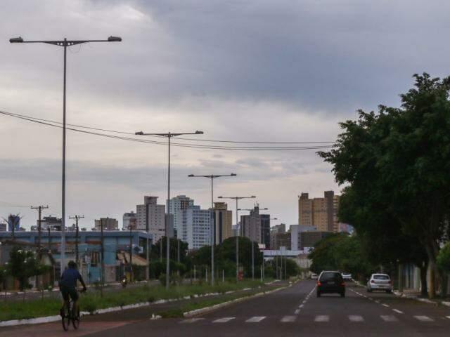 O céu permanece nublado neste sábado em Campo Grande (Foto: Henrique Kawaminami)