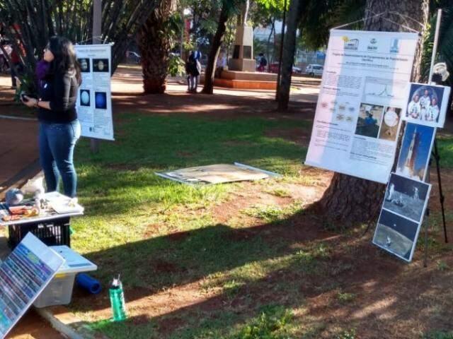 Acadêmicos mostravam produção das universidades (Foto: Clayton Neves)