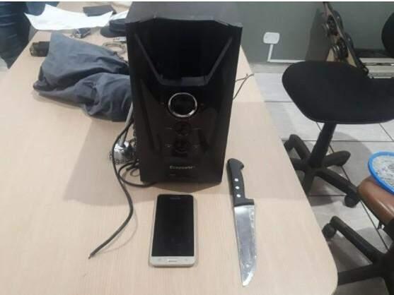 Objetos que foram roubados da casa da vítima e a faca utilizada no crime (Fotos Olimar Gamarra)