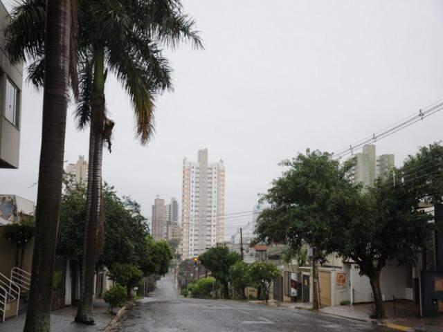 Tempo amanheceu nublado e garoando em Campo Grande (Foto: Paulo Francis)