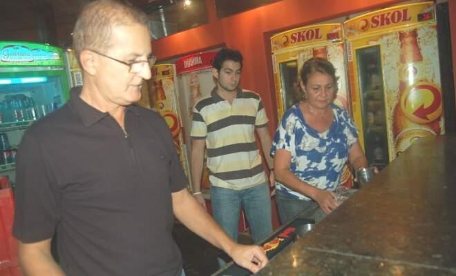 Elbio queria montar um negócio em família, pensando nos filhos. Juntos montaram um bar.