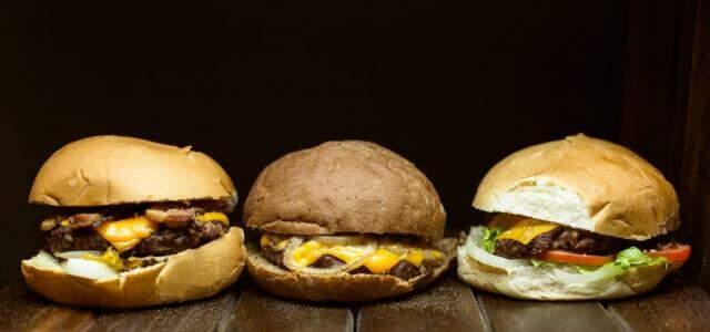 À noite o carro-chefe é o hambúrguer, com valores a partir de R$ 19,00.