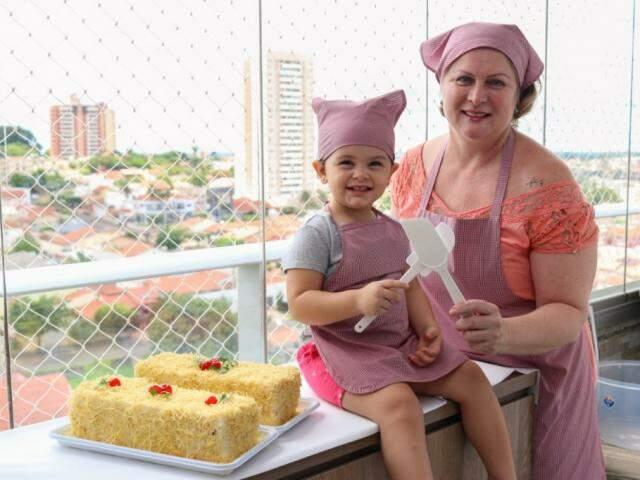 Vovó Márcia com a ajudante Cecília, de 2 anos. (Foto: Henrique Kawaminami)