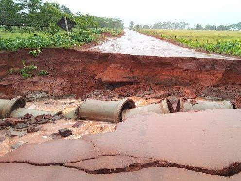 Trecho de estrada no interior que foi levado pela enxurrada (Foto: Governo do Estado/Divulgação)