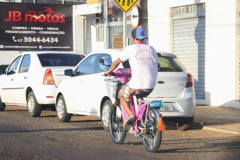 """Bicicleta motorizada virou """"epidemia"""" e exige cuidado, alerta Agetran"""