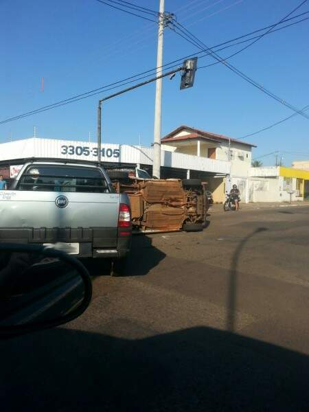 O veículo Strada atingiu o Fiorino na avenida Ernesto Geisel.(Foto:Direto das Ruas)