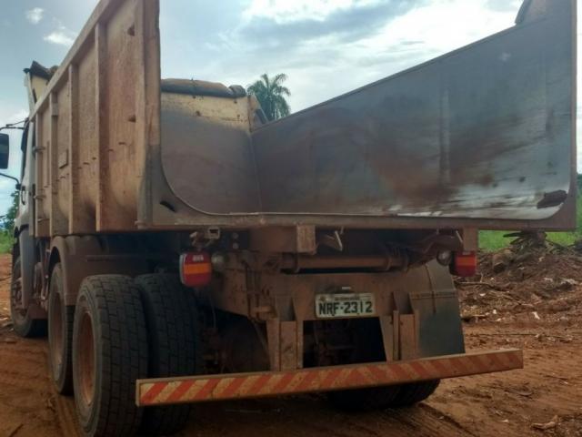 Caminhão vazio após entulhos serem despejados em terreno (Foto: Guarda Civil Municipal)
