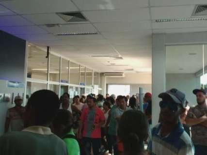 Falta de cédulas atrasa saque de FGTS em agência da Caixa