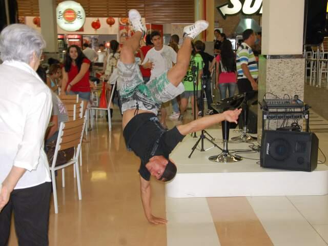 Dançarinos que vão participar do festival fizerm flash mob na hora do almoço na Praça da Alimentação. (Foto: Francisco Júnior).