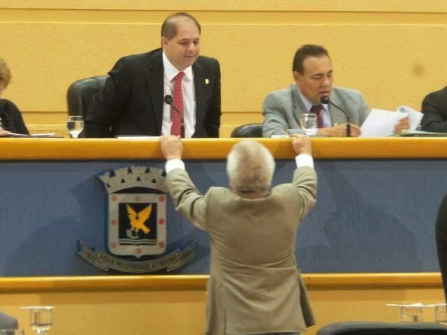 O líder do governo, Edil Albuquerque, conversa com Mario Cesar enquanto Carlão (à direita) faz a leitura em sessão (Foto: Antonio Marques)