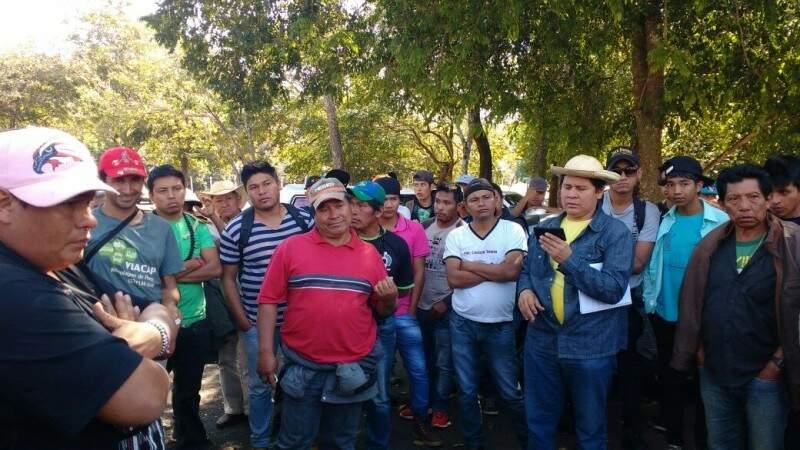 Cerca de 100 indígenas estiveram em frente da governadoria no início da tarde de hoje. (Foto: Chloé Pinheiro)