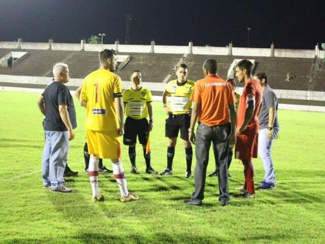 Delegado do jogo, arbitragem e equipes decidiram pelo adiamento (Foto: Claudio Severo/Esporte MS)