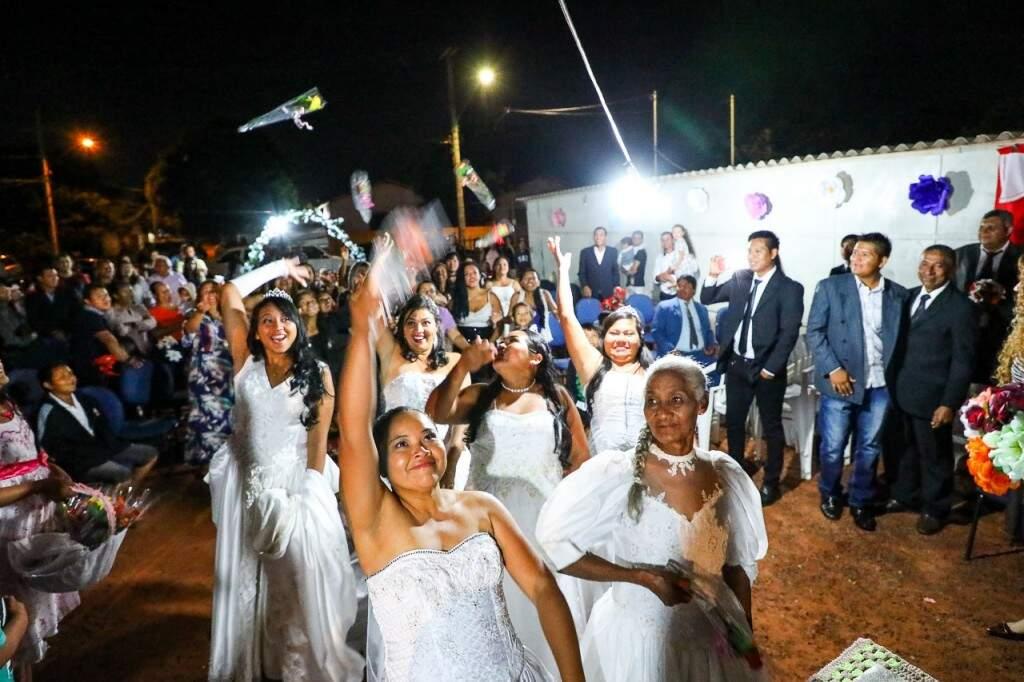 Noivas disseram o tão sonhado sim, no último sábado, vestidas de branco como esperavam há anos. (Foto: André Bittar)