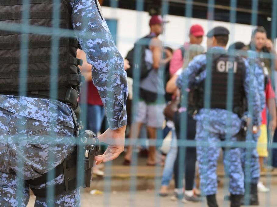 Guardas municipais na pista da passagem de ônibus logo após protesto ser dispersado (Foto: Marcos Maluf)