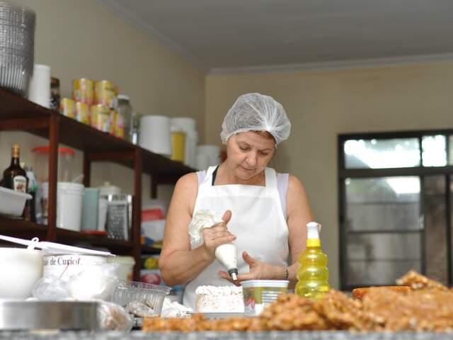 """Carro-chefe da empresa é o """"bolo de quatro leites"""". (Foto: Marlon Ganassin)"""