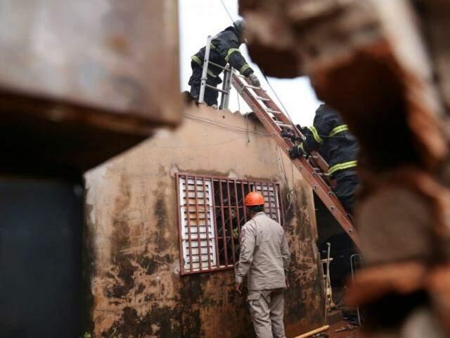 Quarto de residência foi o único cômodo atingido pelas chamas. (Foto: Paulo Francis)