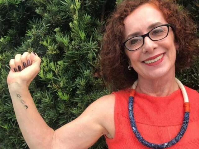 Professora mostra tatuagem no braço, uma comemoração aos 60 anos de vida. (Foto: Arquivo Pessoal)