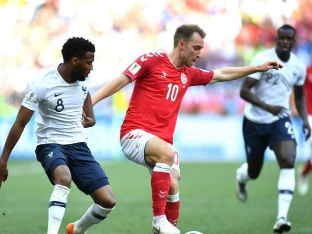França e Dinamarca na disputa pela bola (Foto: Fifa/divulgação)