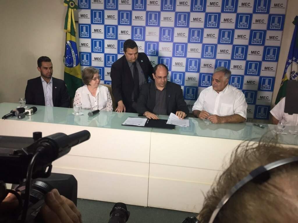 Reitor da UFMS, Marcelo Turine, com o presidente da Federação de Futebol de Mato Grosso do Sul, Francisco Cezário, de branco, na assinatura do contrato da primeira fase das obras no Morenão, em dezembro de 2016 (Foto: Alcides Neto)