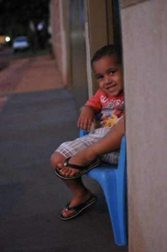 """No """"faz de conta"""", ele reproduziu como é ficar a espera dos amigos. (Foto: Alcides Neto)"""