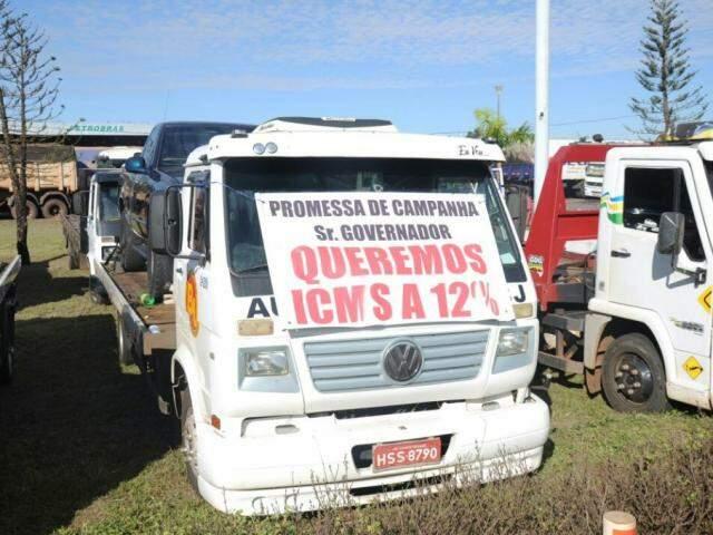 Caminhão com faixa de protesto no dia 23 de maio, em Campo Grande. (Foto: Paulo Francis/Arquivo).