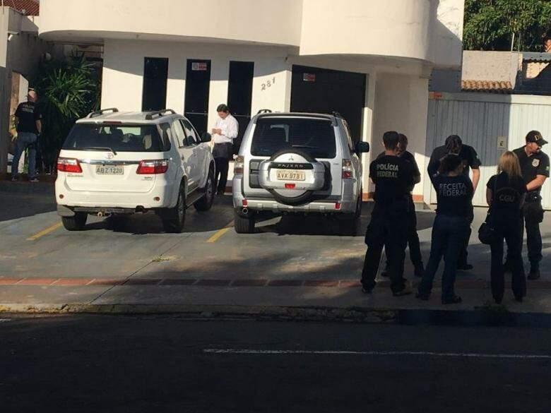 """Equipe em frente a um dos escritórios de advocacia """"visitados"""" nesta 6ª fase da operação (Foto: Guilherme Henri)"""