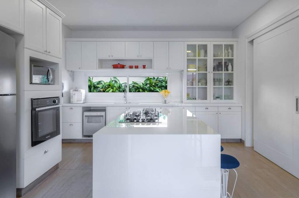 A cozinha após reforma ganhou brancura quase não encontrada nos projetos atuais. (Foto: Janaína Lott)
