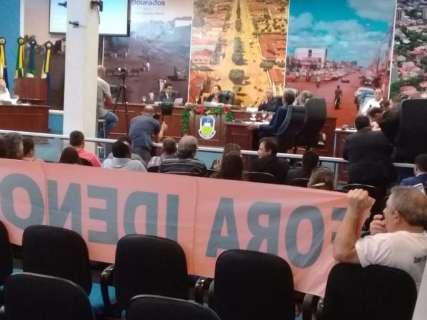 Câmara abre sessão com tumulto e suplente empossado por ordem judicial