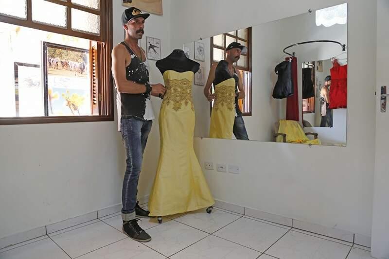 Deid nasceu em Dourados, mas agora faz os vestidos de alta costura no Rio (Fotos: Gerson Walber)