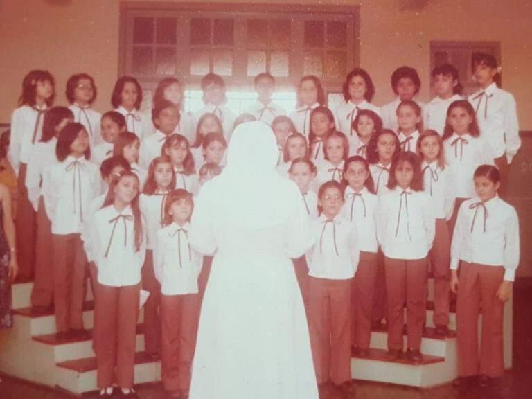 Registro do ensaio do mini-coral, do Auxiliadora, em 1977 comandado pela freira Rosa. (Foto: Arquivo Pessoal)