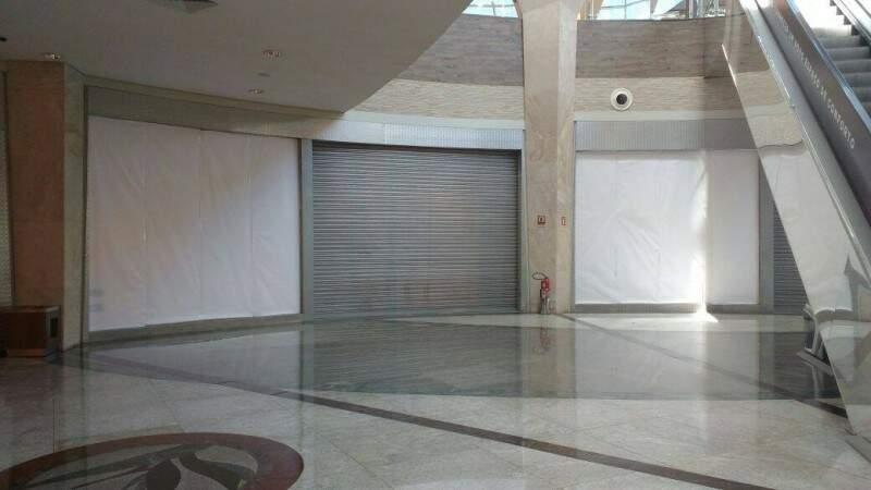 Loja amanhece fechada, sem nenhuma indicação da marca no local. (Foto: Alcides Neto)