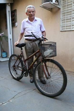 Bicicleta entrou no lugar de carro em março de 2014, depois que mulher se aposentou. (Foto: Fernando Antunes)