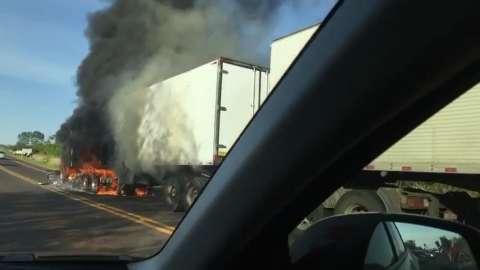 Carreta pega fogo durante bloqueio se sem-terra na BR-060