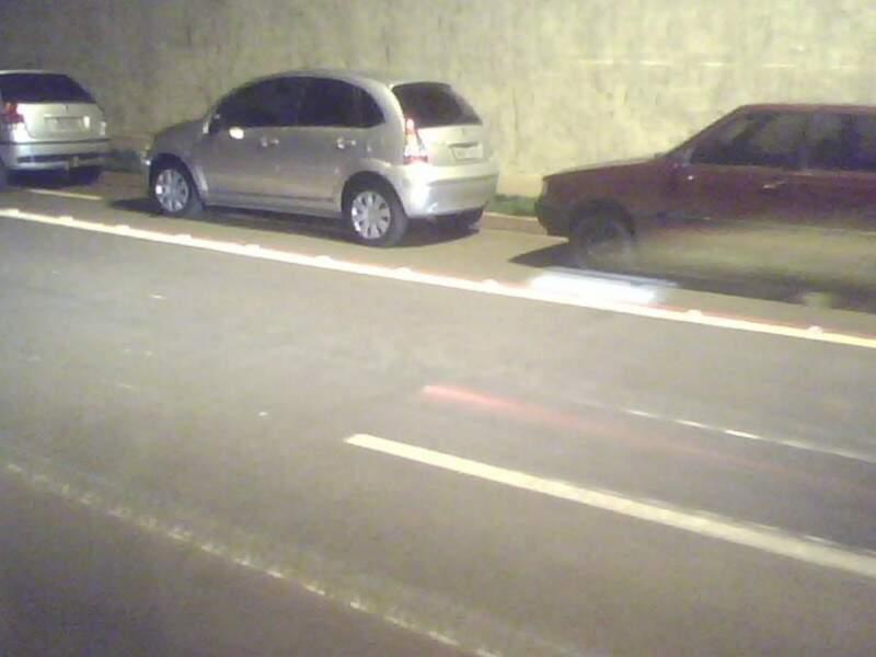 Carros continuam estacionam irregularmente mesmo com denúncia. (Foto: Pedro Benites Neto/Repórter News)