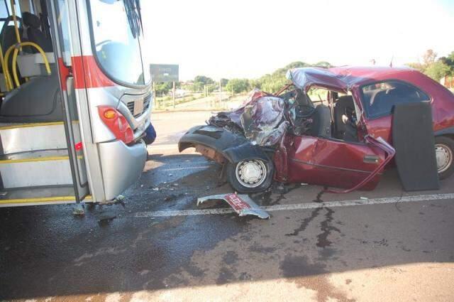 Acidente envolvendo carro e ônibus (Foto: Arquivo)