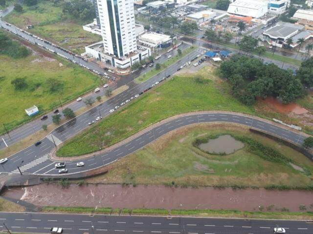 Nível do córrego também subiu na região da Via Parque, perto do Shopping Campo Grande. (Foto: Direto das Ruas)