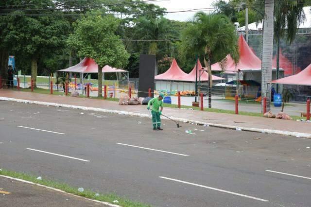 Trabalhador realizando a limpeza da avenida. (Foto: Paulo Francis)
