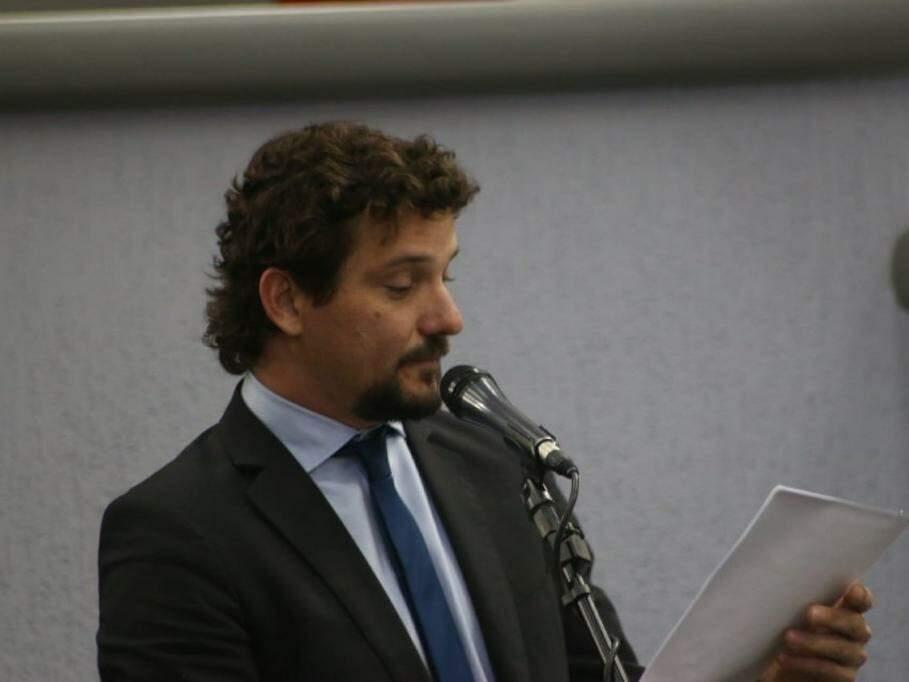 Vereador Eduardo Romero (Rede) lê documento durante sessão na Câmara Municipal de Campo Grande. (Foto: Henrique Kawaminami/Arquivo).