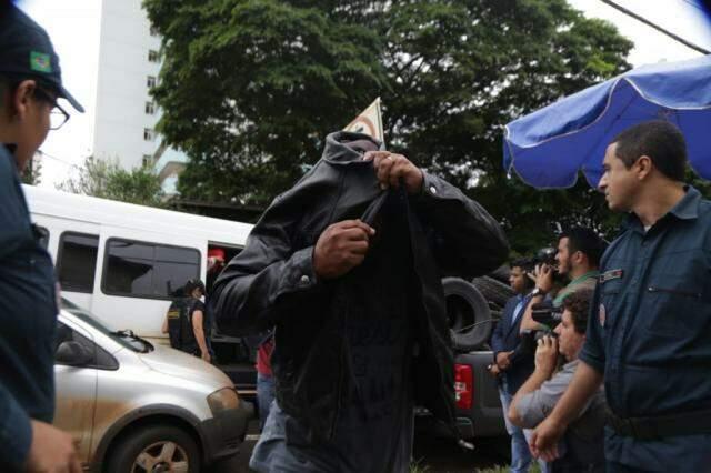 Primeira fase da Oiketicus foi deflagrada em maio. Na foto, policial esconde o rosto ao chegar à Corregedoria da PM(Foto: Fernando Antunes/Arquivo)