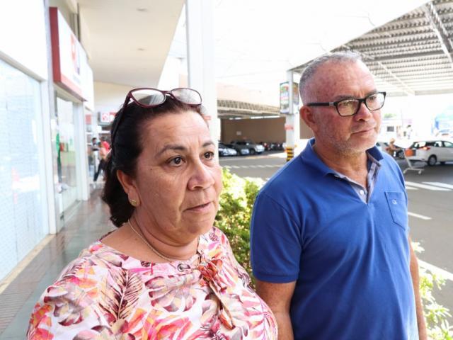 Luiza e o marido Paulo de Oliveira comentam sobre as ações e fazem comparações com as arrecadações que acontecem em Costa Rica  (Foto: Henrique Kawaminami)