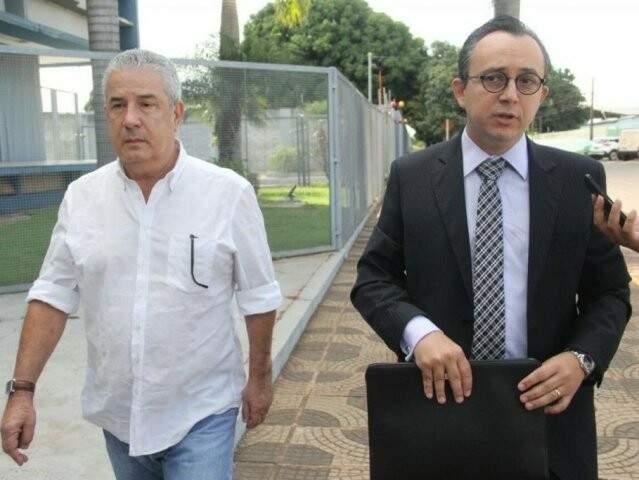 João Amorim (de camisa branca) ao lado do advogado (Foto: Marcos Ermínio/Arquivo)