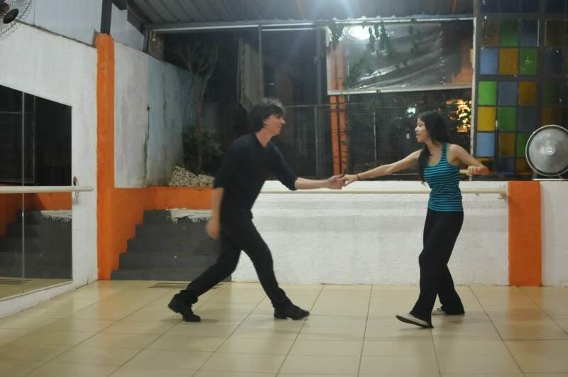Os professores se divertem dançando Lindy Hop (Foto: Alcides Neto)