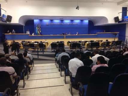 Vereadores suspendem sessão e se reúnem a portas fechadas na Câmara