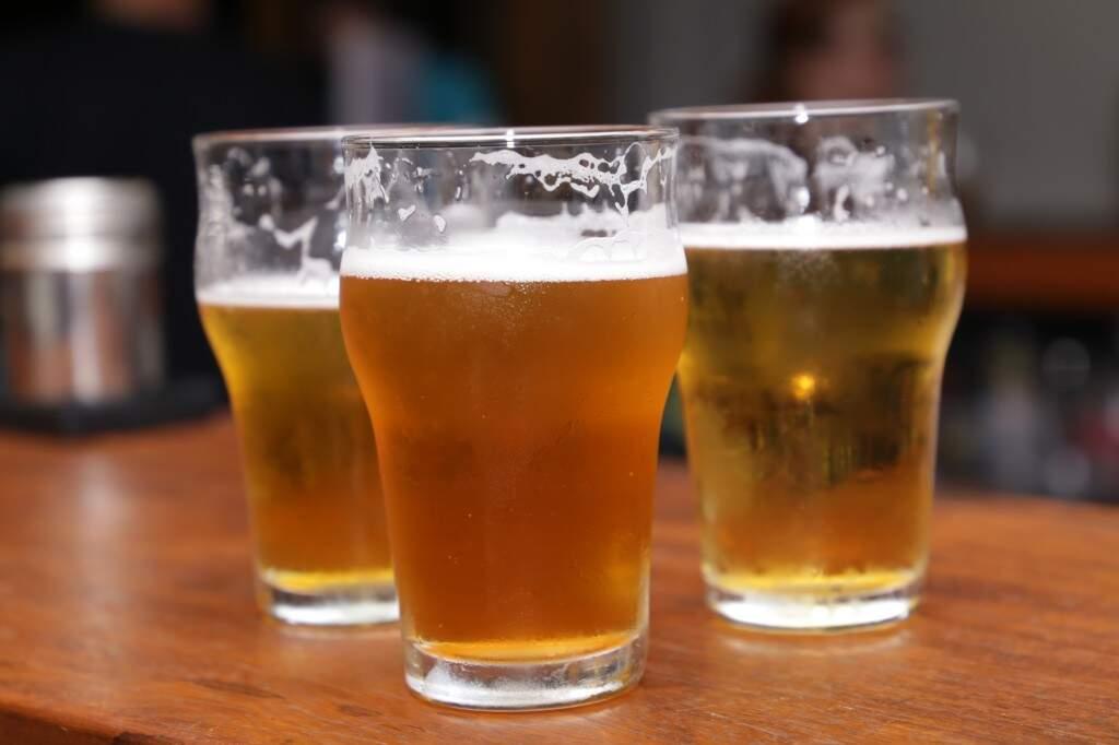 Cerveja gelada no copo (Foto: Kisie Ainoã)